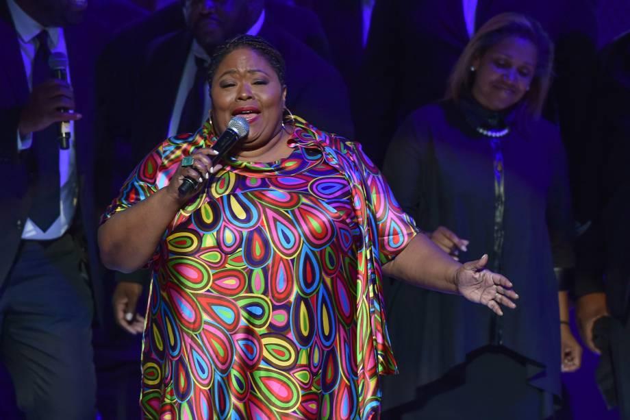 A cantora Kathy Taylor Brown se apresenta durante tributo em homenagem à cantora Aretha Franklin no Chene Park, em Detroit, Michigan - 30/08/2018