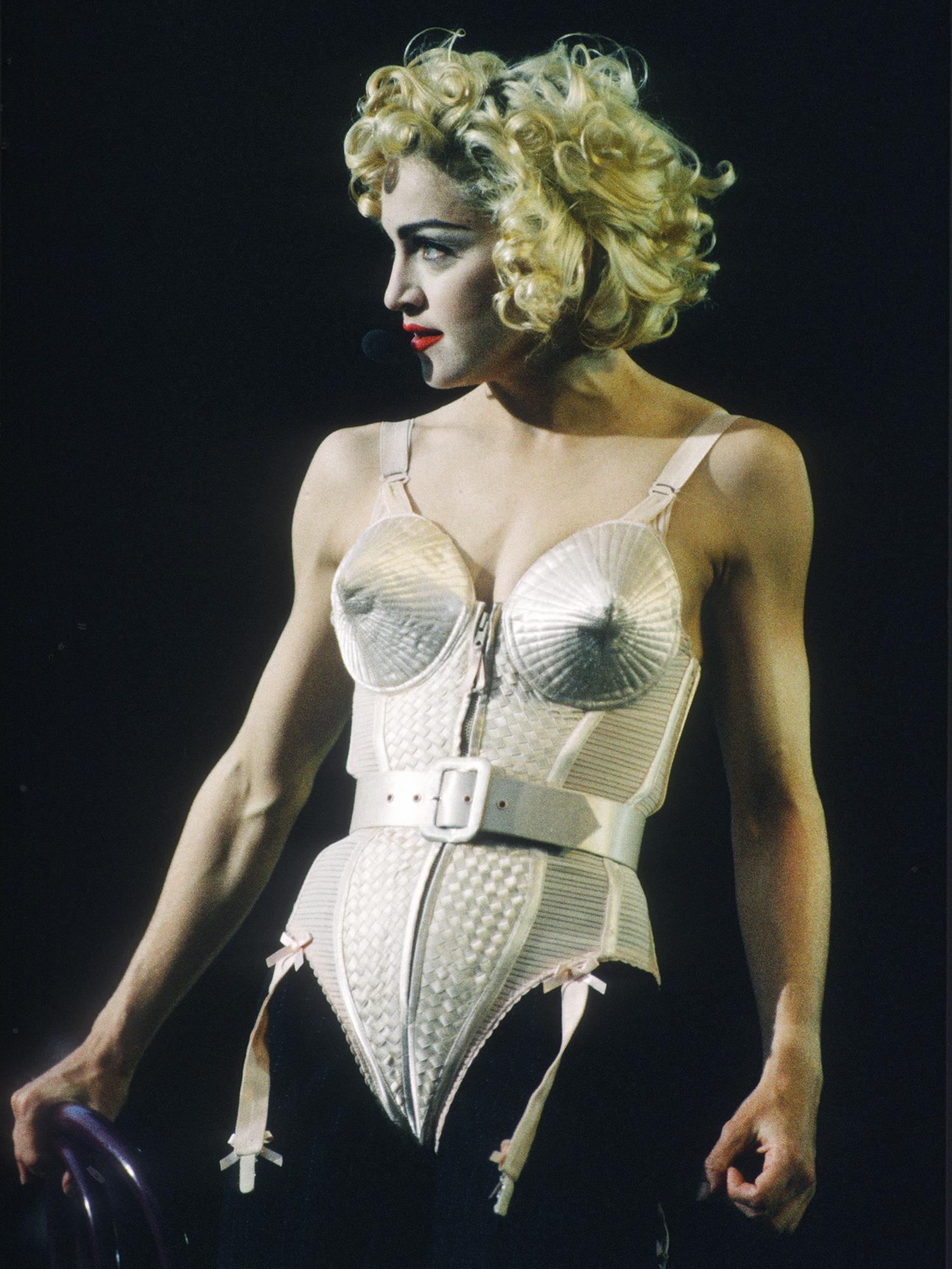A cantora Madonna realiza apresentação no Estádio De Kuip, em Roterdã, Holanda - 24/07/1990
