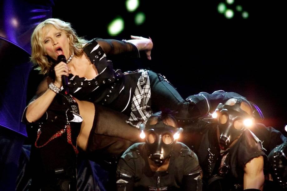 Madonna realiza apresentação com seus dançarinos no Grand Garden Arena, em Las Vegas - 01/09/2001