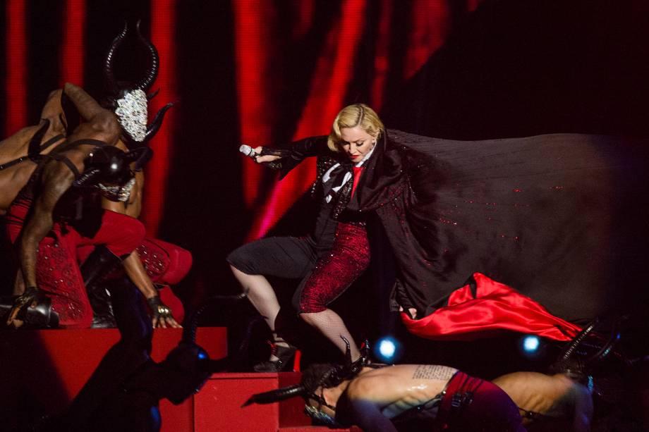 A cantora Madonna sofre queda durante apresentação no BRIT Awards, realizado no O2 Arena, em Londres - 25/02/2015