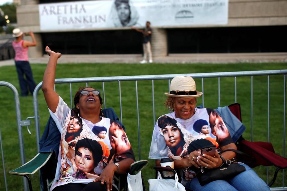 Pessoas esperam na fila, do lado de fora do Museu de História Afro-Americana Charles H. Wright, em Detroit, Michigan, onde está a falecida cantora Aretha Franklin - 28/08/2018