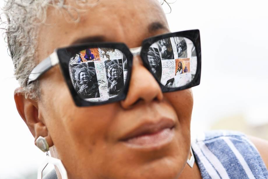 Reflexo de retratos de Aretha Franklin é visto em óculos, durante velório da cantorano Museu Charles H. Wright de História Afro-Americana  em Detroit, Michigan - 29/08/2018