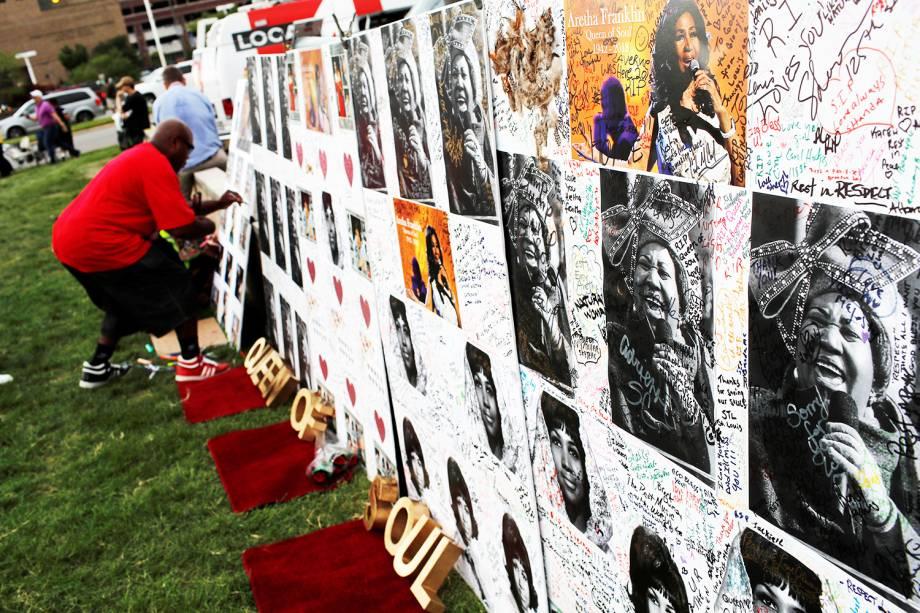 Homem escreve mensagem em mural dedicado para a cantora Aretha Franklin, durante velório realizado no Museu Charles H. Wright de História Afro-Americana, em Detroit, Michigan - 29/08/2018