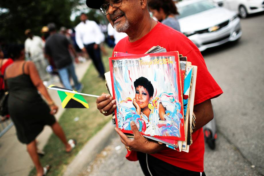 Fã de Aretha Franklin segura discos de vinil, durante velório da cantora, realizado no Museu Charles H. Wright de História Afro-Americana, em Detroit, Michigan - 30/08/2018