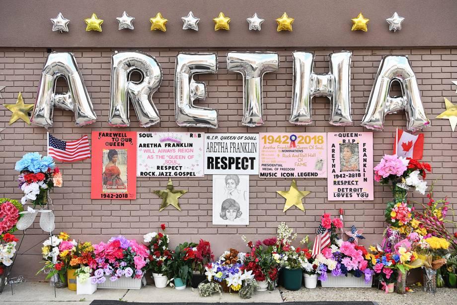 Memorial em homenagem à cantora Aretha Franklin é montado na frente da Igreja Batista Nova Bethel, em Detroit - 30/08/2018