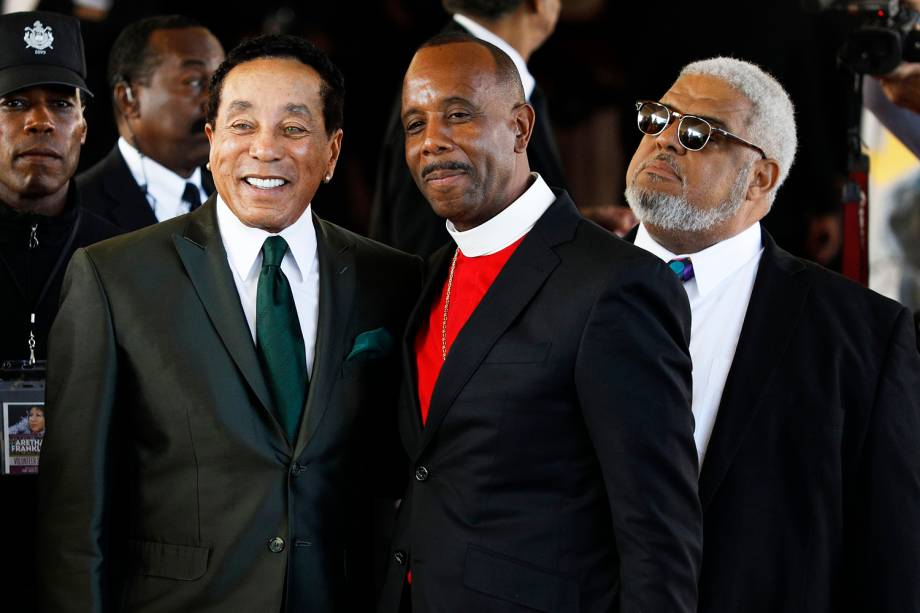 O cantor Smokey Robinson (esq), o pastor Charles Ellis III (centro) e o reverendo Robert Smith (dir), posam para foto durante funeral de Aretha Franklin, em Detroit - 31/08/2018