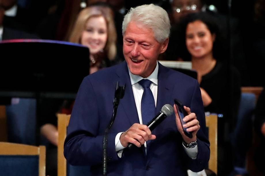 O ex-presidente americano Bill Clinton, reproduz em seu celular uma música da cantora Aretha Franklin, durante funeral em Detroit - 31/08/2018