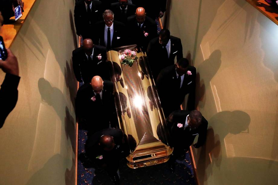 Caixão com o corpo da cantora Aretha Franklin é carregado durante funeral em Detroit, Michigan - 31/08/2018