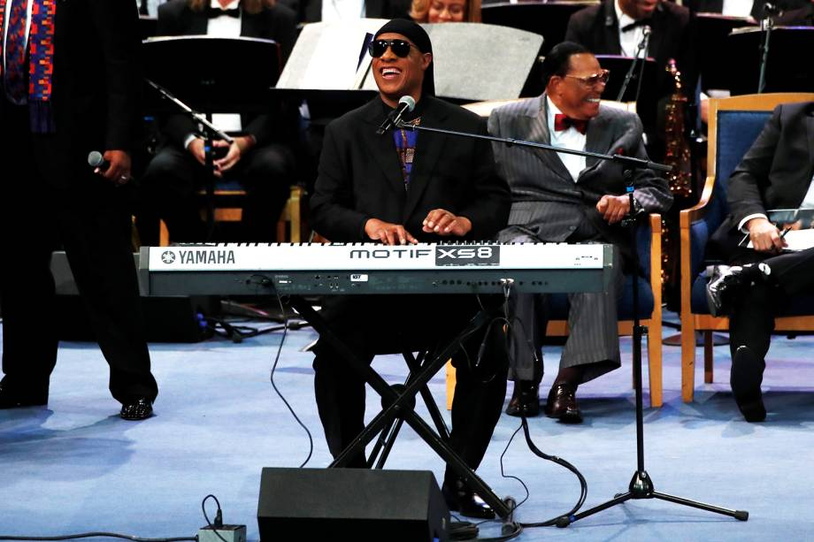 O cantor Stevie Wonder realiza apresentação durante funeral da cantora Aretha Franklin, realizado no Greater Grace Temple, em Detroit - 31/08/2018