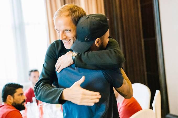 Thomas Tuchel abraça Neymar