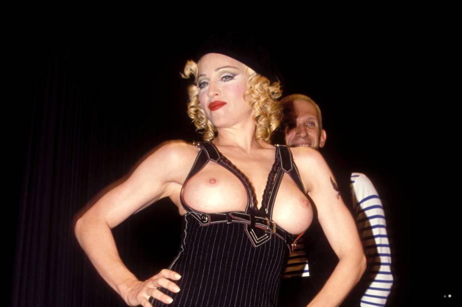 Madonna é vista com os seios de fora durante show beneficente em Los Angeles - 1993