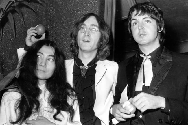 Yoko Ono, John Lennon e Paul McCartney na estreia do filme 'Submarino Amarelo', em 18 de julho de 1968