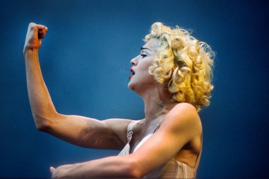 A cantora Madonna na turnê 'Blonde Ambition', em 1990