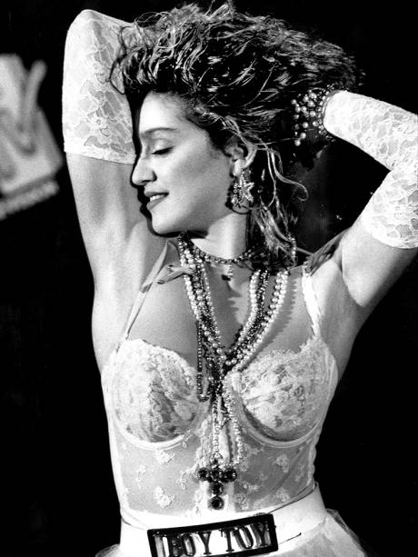 A cantora Madonna se torna ícone fashion em 1984
