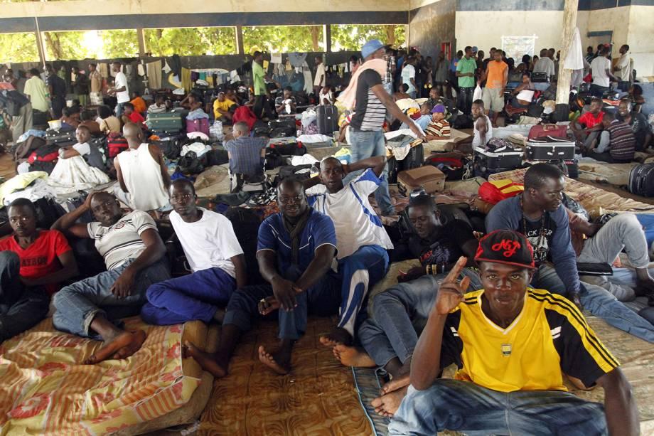 Haitianos acampados no centro de triagem na pequena cidade de Brasileia, ao sul do Acre, à espera do visto de permanência no Brasil - 09/04/2013