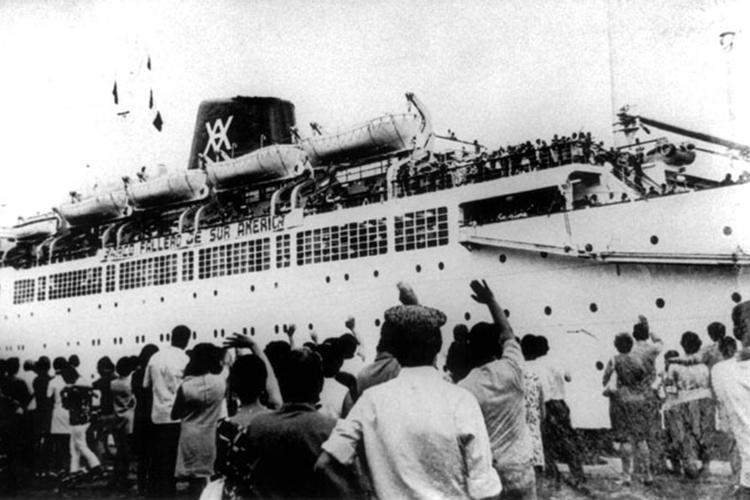 Navio com imigrantes espanhóis, partindo com destino ao Brasil - 1950
