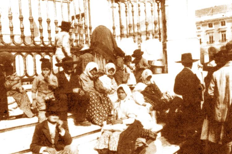 Imigrantes portugueses à espera do navio para o Brasil, em meados do século XX.