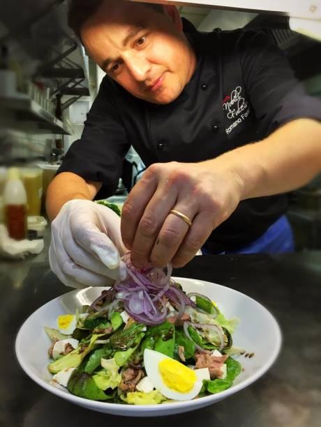 O almoço no Gabbiano Ristorante, durante o Menu Comer & Beber, começa com uma salada de folhas verdes