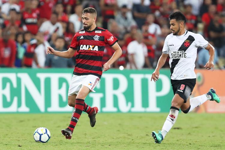 O jogador Léo Duarte (esq), do Flamengo, durante partida contra o Vasco