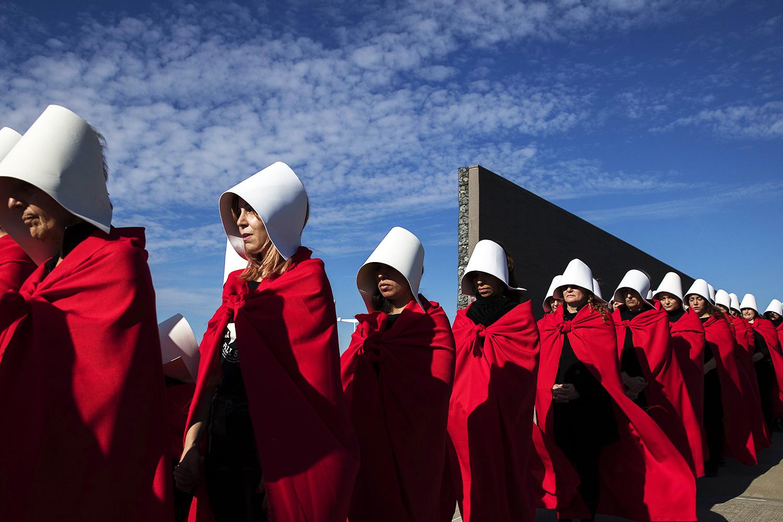 Ativistas vestidas com roupas dos personagens do seriado americano