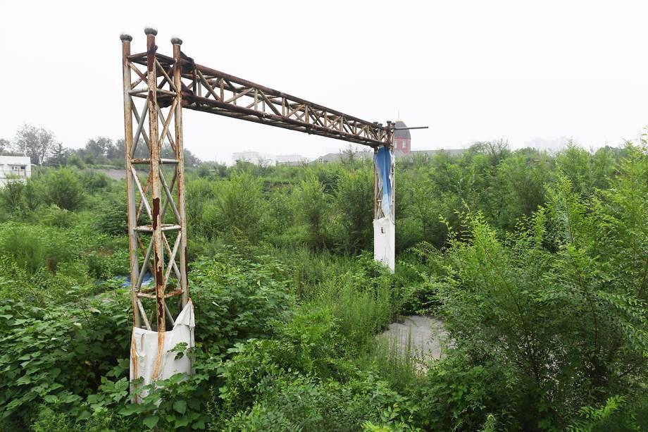 Estrutura utilizada para a linha de chegada das provas de BMX, montada para os Jogos Olímpicos de Pequim, em 2008, está abandonada, com plantas crescendo em volta  - 18/07/2018