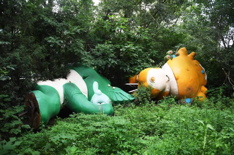 Dois dos cinco mascotes dos Jogos Olímpicos de Pequim, Nini e Yingying, são vistos em matagal  - 18/07/2018