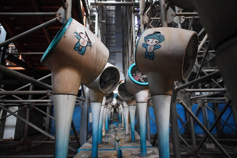 Ventiladores de névoa armazenados na arquibancada de arena de vôlei, utilizados durante os Jogos Olímpicos de Pequim, em 2008, estão abandonados - 23/07/2018