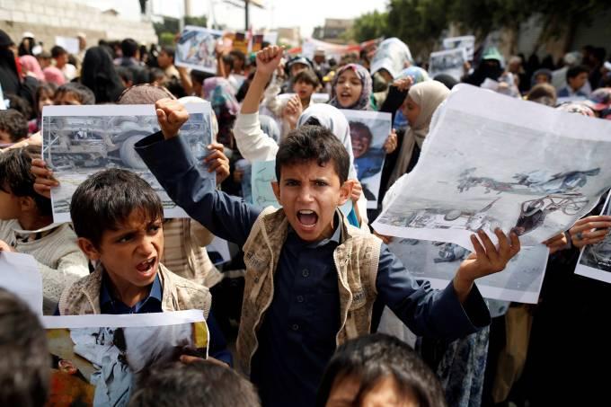 Crianças protestam em Sanaa no Iêmen