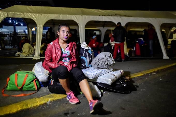 Migrantes venezuelanos atravessam fronteira entre Equador e Peru