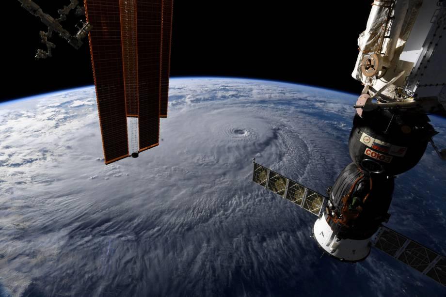 Foto tirada da Estação Espacial Internacional pelo astronauta Ricky Arnold mostra a aproximação do furacão Lane sobre o Havaí - 22/08/2018