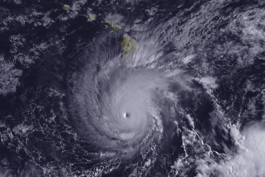 Imagem de satélite mostra a aproximação do furacão Lane sobre o Havaí, nos Estados Unidos - 22/08/2018