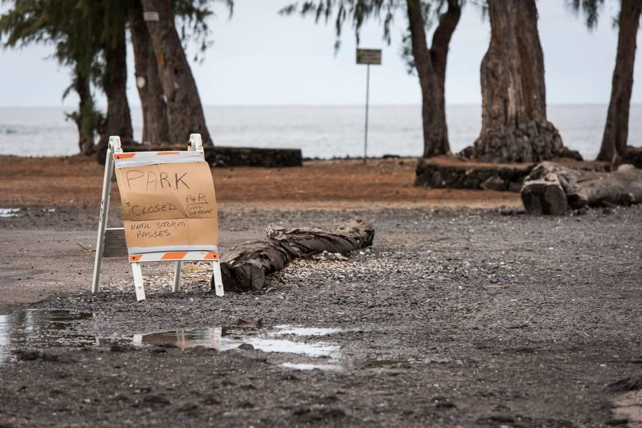 Placa indica o fechamento de praia antes da passagem do furacão Lane, no Havaí - 23/08/2018