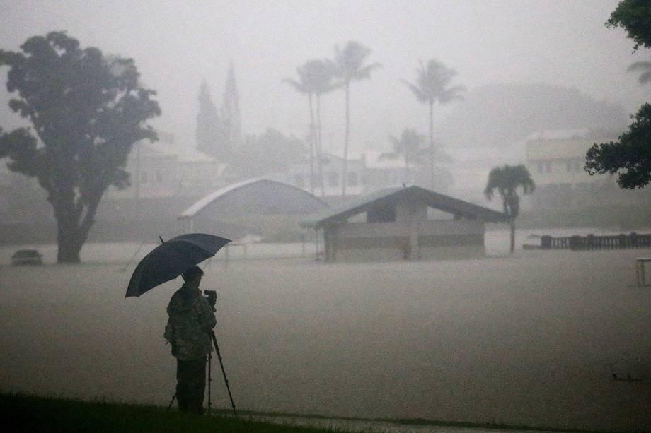 Homem registra imagens durante inundações em Hilo, no Havaí, durante a passagem do furacão Lane - 23/08/2018