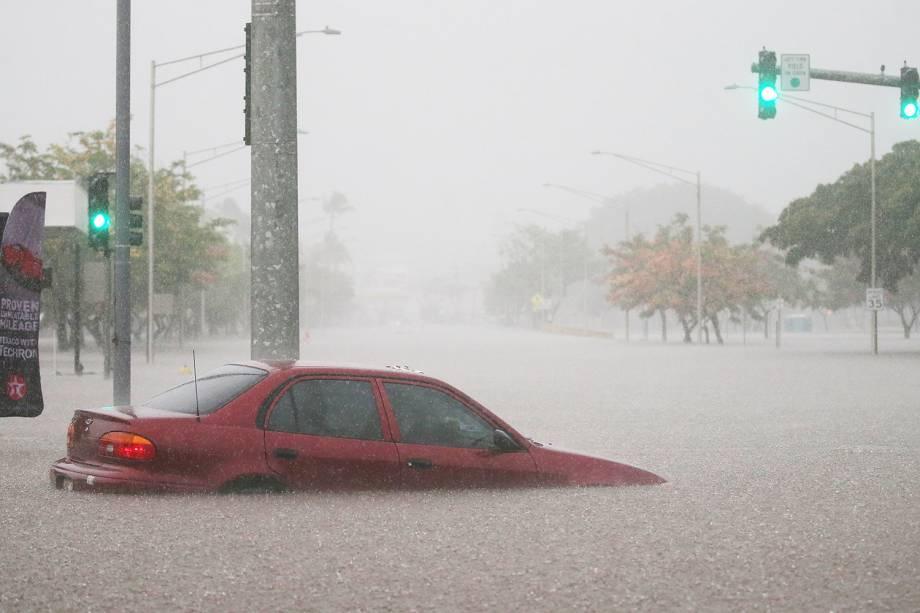 Carro fica submerso após fortes chuvas atingirem Hilo, no Havaí, durante a passagem do furacão Lane na região - 23/08/2018