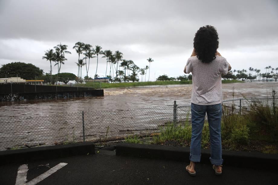 Mulher registra imagens de inundação, antes da passagem do furacão Lane em Hilo, no Havaí - 23/08/2018