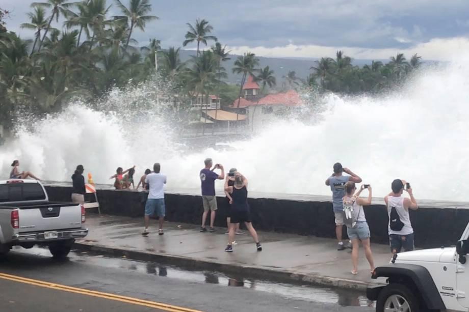 Turistas fotografam ressaca em Kona, no Havaí, durante a passagem do furacão Lane na região - 23/08/2018