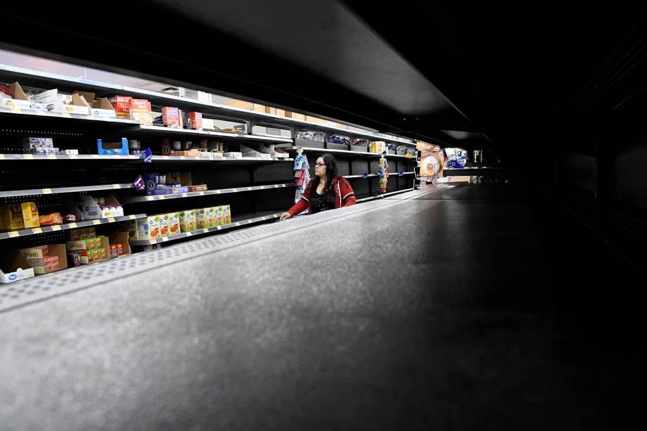 Prateleiras de supermercados são vistas vazias, antes da passagem do furacão Lane, no Havaí - 23/08/2018