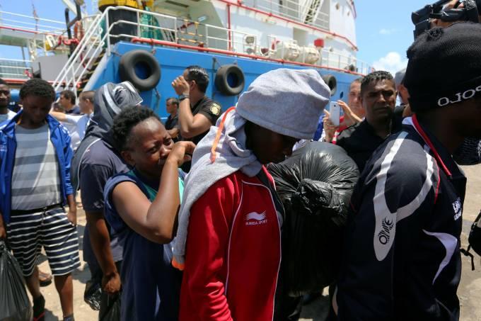 Imigrantes chegam ao porto de Zarzis, na Tunísia