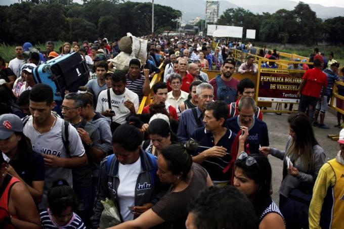 Pessoas atravessam fronteira da Venezuela com a Colômbia