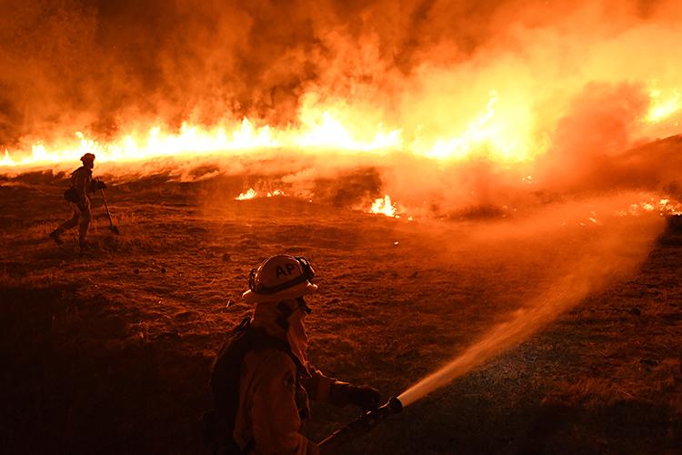 Bombeiros tentam controlar incêndio florestal no Complexo Mendocino, Califórnia - 02/08/2018