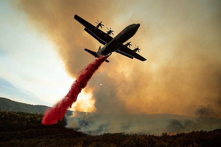 Tanque aéreo despeja retardante sob fogo de incêndio florestal no Complexo Mendocino, Califórnia - 05/08/2018