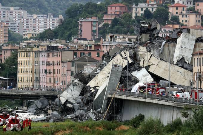 Destroços da Ponte Morandi que entrou em colapso na cidade de Genoa