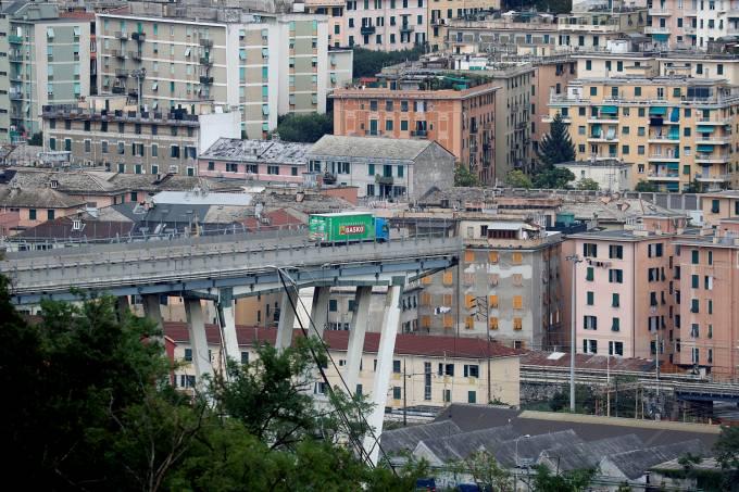Ponte Morandi após entrar em colapso em Genoa, Itália