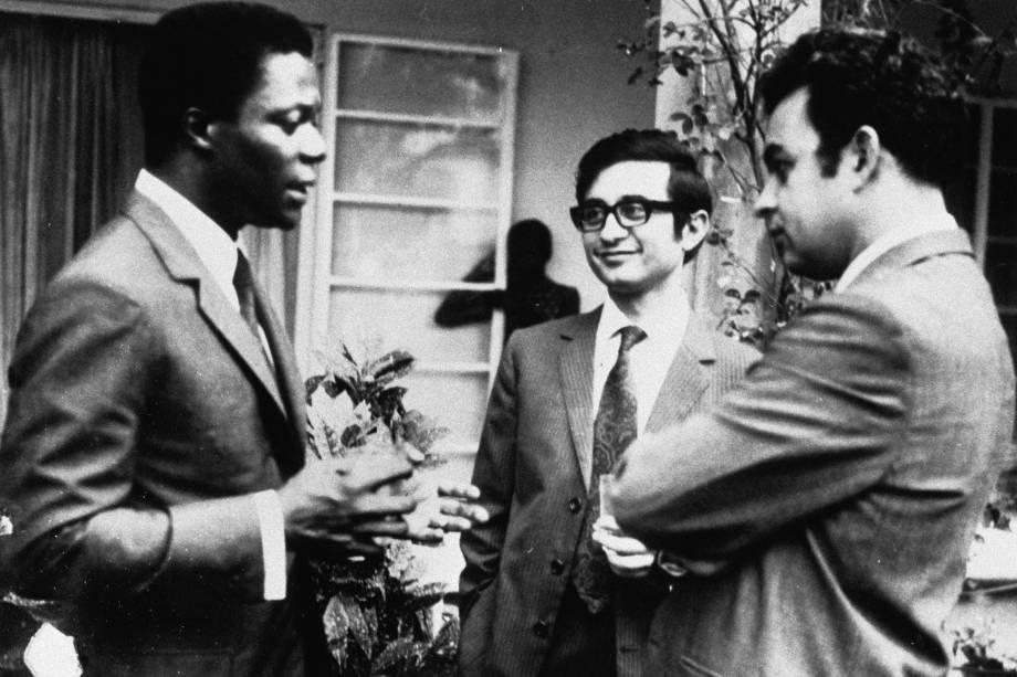 Kofi Annan conversa com seus colegas, durante sua juventude, como bolsista do MIT Sloan em 1971