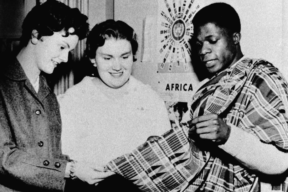 Kofi Annan mostra seu manto Kente aos colegas no Dia Internacional dos Estudantes em 1959