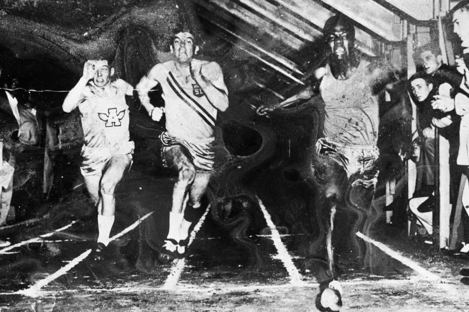 Kofi Annan, durante competição de atletismo no Macalester College, nos Estados Unidos, durante sua juventude como estudante na década de 60