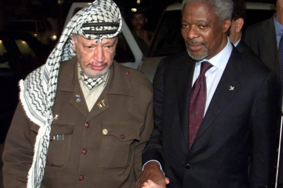 O presidente da Autoridade Palestina, Yasser Arafat, caminha com o secretário Geral da ONU, Kofi Annan, depois de um encontro na cidade de Gaza em outubro do ano 2000