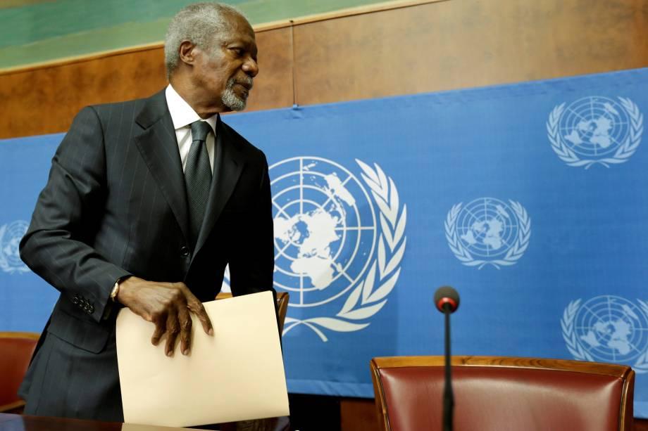 O então mediador da Liga Árabe Kofi Annan sai após uma coletiva de imprensa na sede das Nações Unidas em Genebra, na Suíca em 2012
