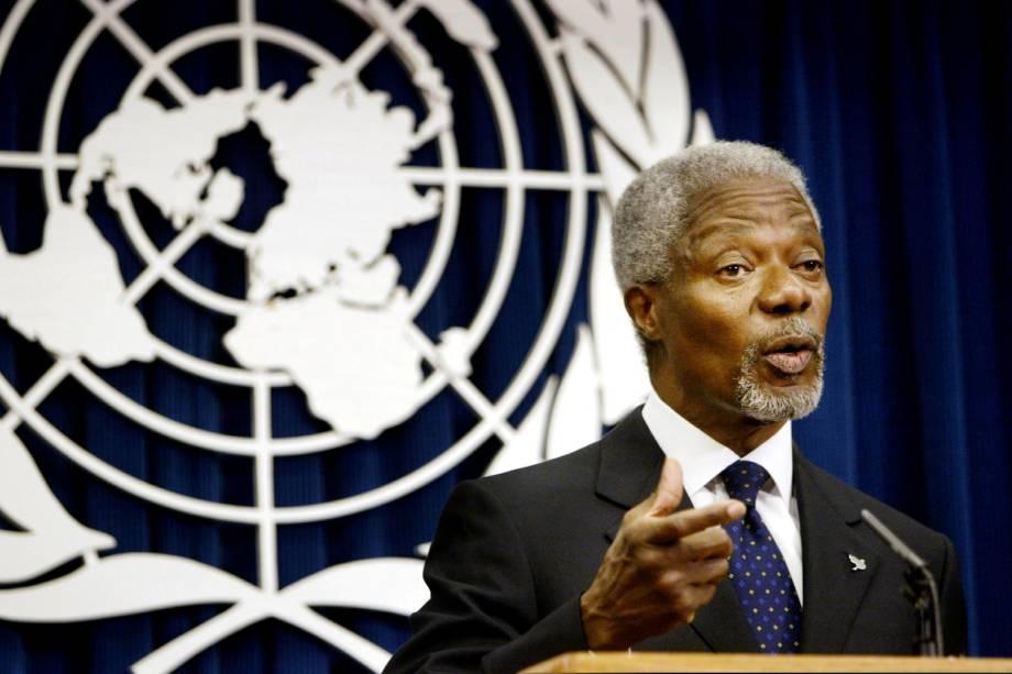 Kofi Annan durante coletiva de imprensa na sede da ONU em Nova York em 2004
