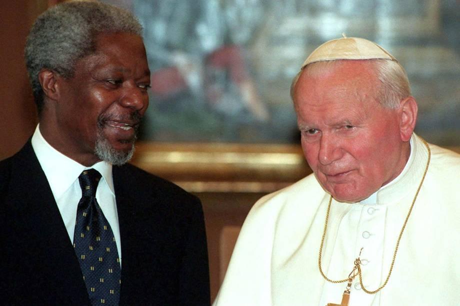 O papa João Paulo II recebe o secretário Geral da ONU, Kofi Annan, durante audiência privada no Vaticano em abril de 1997